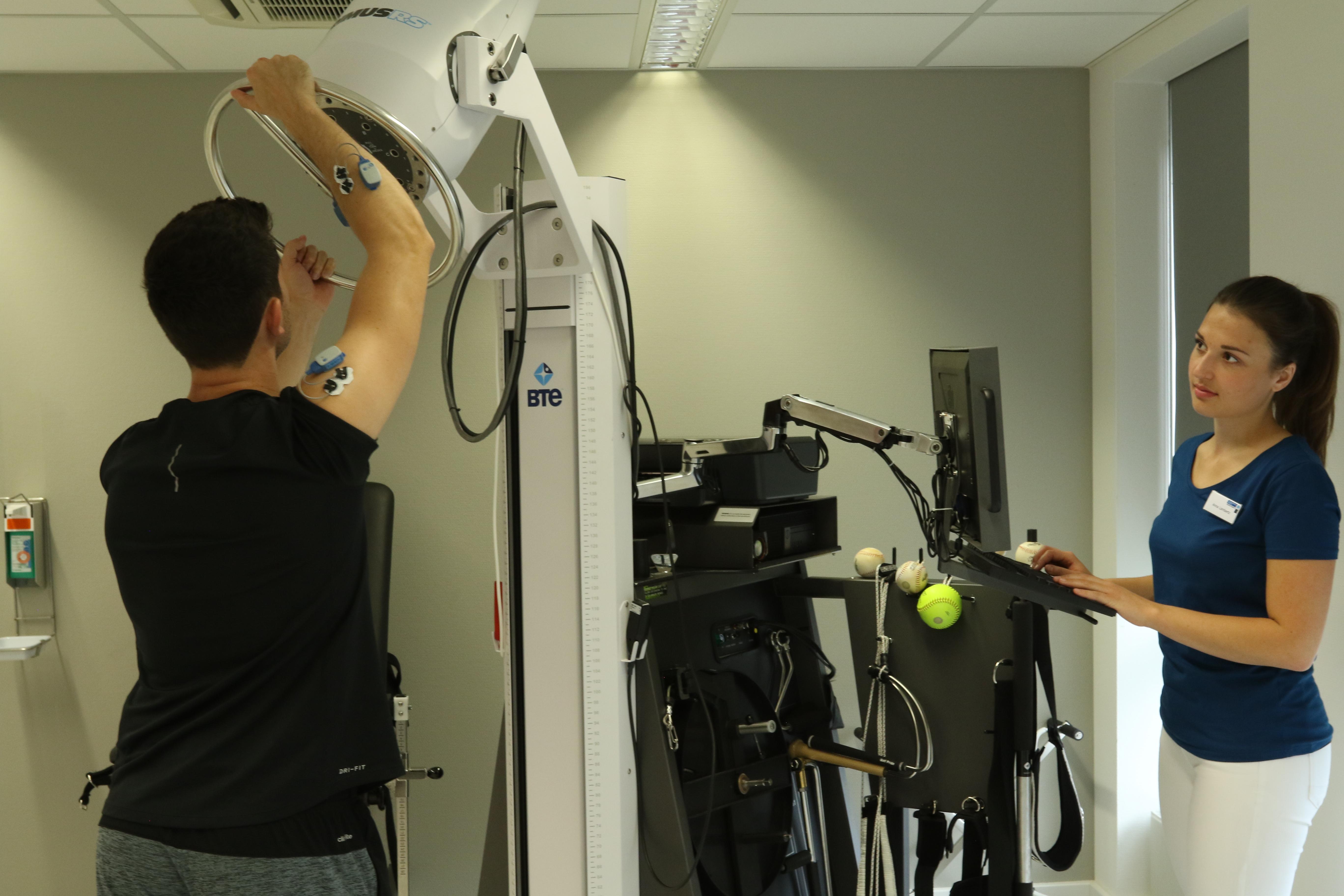 Therapeut und Patient bei einer Übung am Isokinet BTE