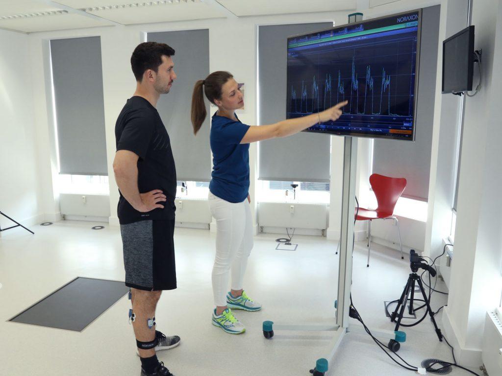 Auswertung einer Sprunganalyse am Monitor mit Therapeut und Patient