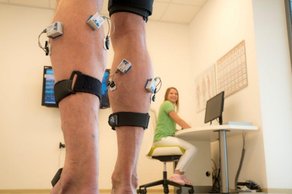 Patient mit EMG- und Inertialsensoren an den Beinen